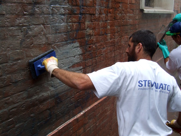 Rimozione graffiti 3 - Stevanato | Soluzioni per umidità e infiltrazioni