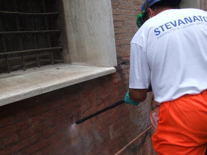 Rimozione graffiti - Stevanato | Soluzioni per umidità e infiltrazioni